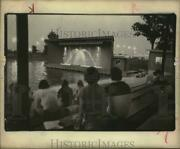 1978 Press Photo Spectators Watch Water Fountain At Holiday With Water Event