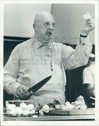 1977 Press Photo Chef James A Beard With Apron And Knife Cutting