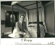 1982 Press Photo Antiques Expert Humphrey Wakefield By Poster Bed At Wakefield