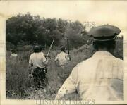 1965 Press Photo Police Officers Hunting For National Bank Of Commerce Robbers
