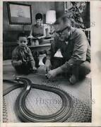 1968 Press Photo Police Officers Joe And Mercy Singleton Playing With Son Robert