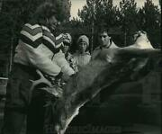 1987 Press Photo Three Hunters Watch Sue Nelson Determine The Age Of A Deer.
