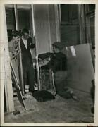 1946 Press Photo Finishing Step Of Unfinished Attic Mineral Wool Insulation