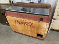 Vintage coke machine Red and White