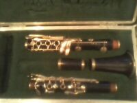 BUESCHER 400 SPECIAL WOOD CLARINET PLAYS PRETTY WELL AS IT IS VINTAGE BUT DECENT