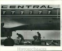 1978 Press Photo Authority searched luggage at Mitchell Field after bomb threat.