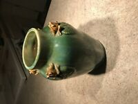 RARE VINTAGE POTTERY VASE FROGS ON Leaves