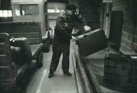 1978 Press Photo Luggage at Milwaukee airport moved from plane to pickup field