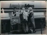 1993 Press Photo Kamsier#x27;s of Waukesha check their luggage at American Airlines