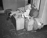 Diez Sleeping On Luggage At At Idlewild Airport 1950 OLD PHOTO