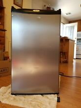 Whirlpool  2 7cu  ft  Mini Refrigerator  Black w Stainless Steel door