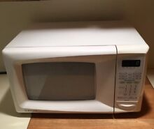 EMERSON SMALL WHITE COUNTERTOP MICROWAVE OVEN FUNCTIONS WELL