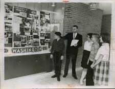 1964 Press Photo Mr Terry Furin and class look at pictures of Washington DC