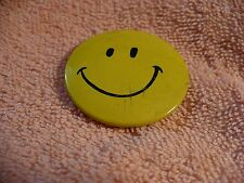 UT- SMILEY YELLOW HAPPY FACE   PIN BADGE #45515