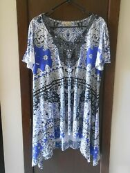 NWOT PLUS WOMEN#x27;S ONE WORLD SHORT SLEEVE BLUE PRINT V NECK BLOUSE SIZE 1X $25.98