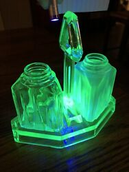 TRIANGLE ART DECO SHAPE Green DEPRESSION GLASS SALT amp; PEPPER SET With Caddy $30.00
