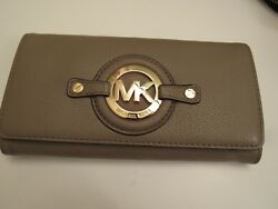 NWT.Michael Kors pearl grey color leather bifold snap closing wallet