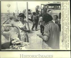 1973 Press Photo Woman serves food and drinks to troops on road to Sinai front