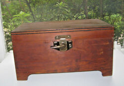A Nice Desk Table Top Wood Box Wiith Hinged Lid & a Closing Latch 7814