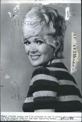 1972 Press Photo Connie Stevens Proves She's as Talented as She is Pretty
