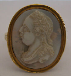 A FINE GEORGIAN GOLD CAMEO RING SET WITH A LOVELY AGATE HAND CARVED PORTRAIT