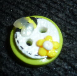 REALLY CUTE ARTISTIC BEE ON FLOWER POLYCLAY COMMERCIAL BUTTON SMALL