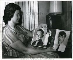 1967 Press Photo Janie Lou Gibbs Murder Suspect Holds Photos Of Her Sons