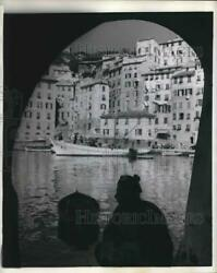 1958 Press Photo Framed By An Archway An Aging Resident Of Home Watches Harbor $19.99