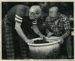 1983 Press Photo Del Krase and Joe Zingsheim check Zingheim#x27;s tub of red worms $19.99