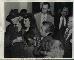 1945 Press Photo Mrs Imogene Stevens About to Collapse As She Enters Courthouse