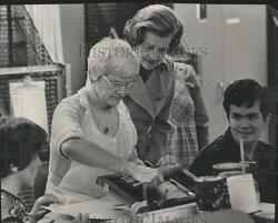 1976 Press Photo Mrs. Gerald Ford Inspecting Work in a Silk Screen Shop