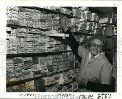 1986 Press Photo Rose Mancini Shows Zippers in her Tailor Supply Business