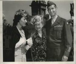 1945 Press Photo General Mark Clark and family during Memorial Day celebration