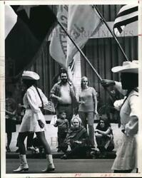 1970 Press Photo Jerry Jones and family watch Veterans Day parade in Houston