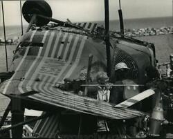 1989 Press Photo Officials examined the tail section of the helicopter crash $19.99