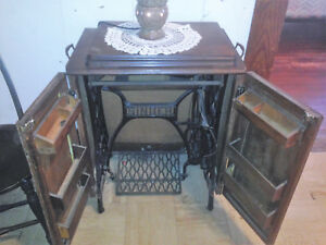Antique 1925 Cast Iron Treadle Base Singer Sewing Machine In Oak Cabinet