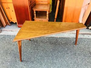 Beautiful Vintage Mid Century Modern Coffee Table With Tapered Legs L K