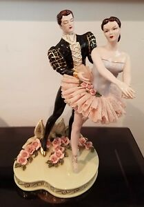 Pi Ce De R Sistance Atop Your Wedding Cake By Heirlooms Of Tomorrow