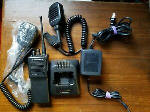 Motorola Ht1000 Uhf Radio H01rdc9aa3dn 403 470 Mhz With Charger And Microphone