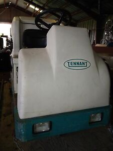 Tennant 7200 Floor Scrubber 36 wide 2475 Hours With Batteries And Charger