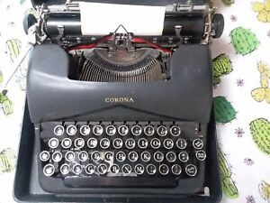Corona Typewritter Around The 1940s In Excellent Shape Has Locking Case