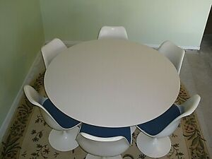 Knoll Saarinen Dining Table And Chairs
