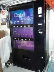 Vendo 721 Soda Can bottle Drink Vending Machine Curved Front Live Display
