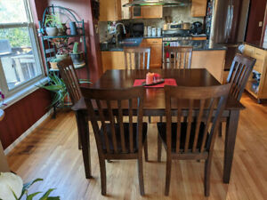 Solid Wood Dining Table And 6 Chairs Table Has Retractable Leaf