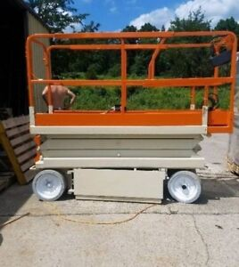 Jlg Electric Scissor Lift 2032es like New Brand New Paint Job And Batteries
