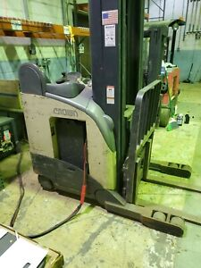 Crown Electric Stand Up Reach Truck Forklift W Battery Charger Rr5225 45 5000