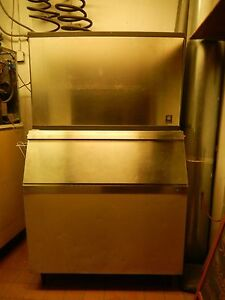 Ice Machine with 900lb capacity Ice Bin By Manitowoc qy1394n great Condition