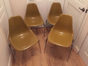 Set Of 4 Mid Century Modern Eames Herman Miller Style Stackable Chair
