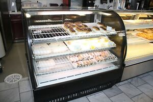 True 4ft Refrigerated Curved Bakery Case