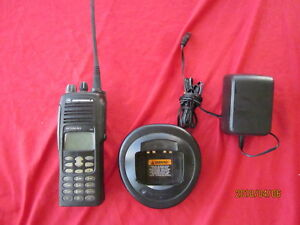 Motorola Ht1550 xls Uhf 403 470 Mhz 160 Channel Portable Radio Ht And Charger
